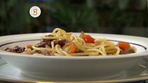 Espaguete ao molho de filé com vinho