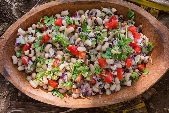 Salada de feijão-manteiguinha com tomate e cebolinha francesa
